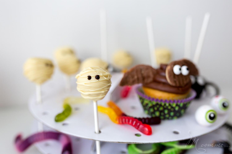 Envie d'un dessert sympa pour le soir d'Halloween ? Voici une recette facile à faire avec vos enfants avec 3 fois rien : des pop cakes momies. #popcakes #cakepops #gateau #gateauhalloween #momie #popcakemomie #cakepopmomie #halloween #gourmandises #enfants #kids #sucette #gateausucette