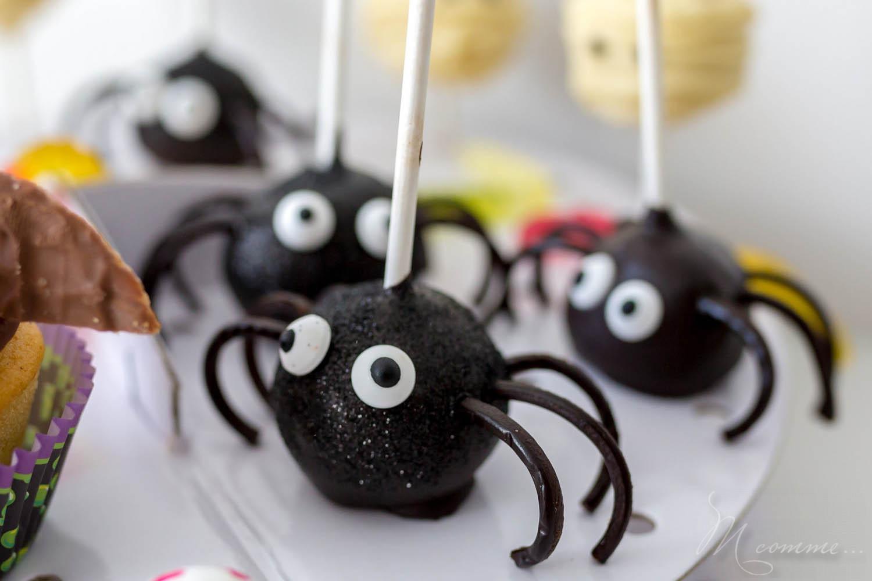 Epatez vos invités ! Si vous cherchez des idées de recettes Halloween, je vous en propose une simple, à réaliser avec les enfants : des pop cakes araignées. #pocakes #cakepops #gateau #gateauaraignee #cakepoparaignee #popcakearaignee #cakedesign #halloween #gateauhalloween #araignee #gourmandises #recette #cuisine #cuisineenfant #enfant