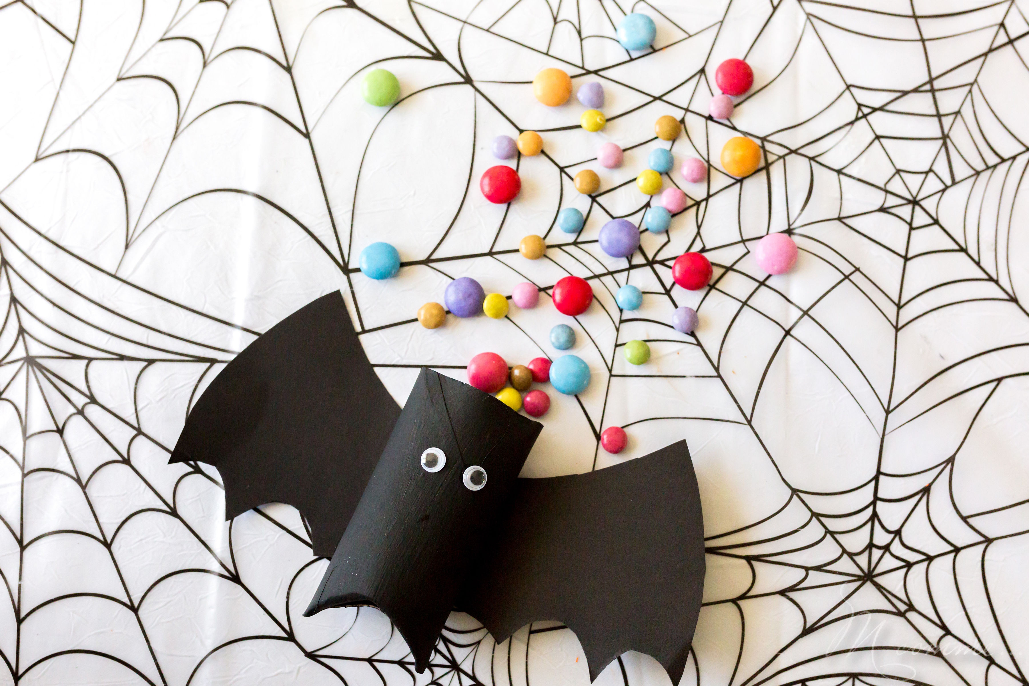 C'est les vacances et vous ne savez peut-être pas comment occuper les enfants qui commencent à trouver le temps long à l'approche d'Halloween. Je vous propose un tuto chauve-souris qui vous aidera à les faire patienter. #halloween #tuto #diy #chauvesouris #activitesmanuelles #activiteenfant #enfant