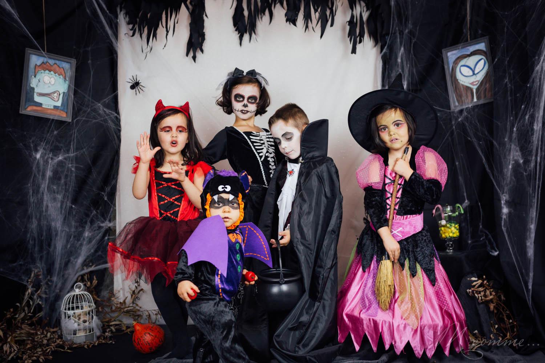 Si vous êtes en quête d'idées de déguisements et de maquillages d'Halloween pour enfants, je vous ai préparé une petite sélection pour vous inspirer. Vampire, sorcière, chauve-souris, diablesse, squelette... #halloween #deguisement #deguisementhalloween #maquillage #maquillagehalloween #maquillageenfant #enfants #kids #fete #bonbon #unbonbonouunsort