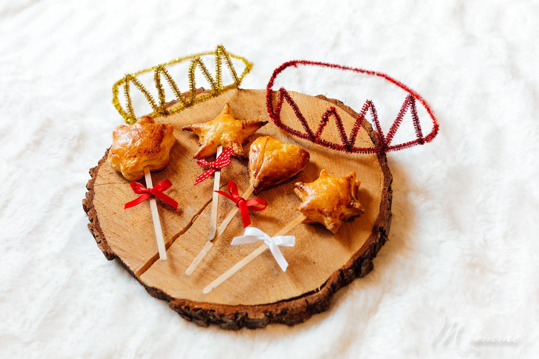 Je vous propose de revisiter la traditionnelle galette des rois en version sucettes et un petit tuto en famille pour réaliser des couronnes des rois.