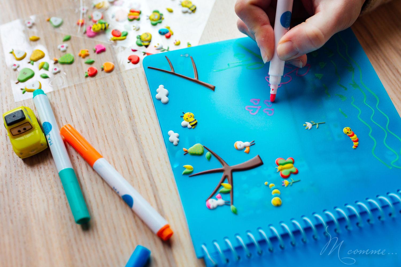 Le cahier inépuisable Majolo : grâce à des feuilles plastifiées l'enfant peut dessiner et créer à l'infini avec les mêmes stickers, autocollants ou gommettes… #cahier #cahierenfant #dessin #stickers #gommettes #cahierdactivite #occuperlesenfants #restaurant #envoiture #repositionnable
