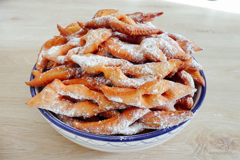 Qui dit mardi gras et carnaval dit bugnes ! Ici c'est une tradition de cuisiner des bugnes moelleuses et savoureuses en cette période de l'année. #bugnes #bugneslyonnaises #Lyon #beignets #tradition #recettetraditionnelle #mardigras #carnaval #cuisinerenfamille #cuisine #famille