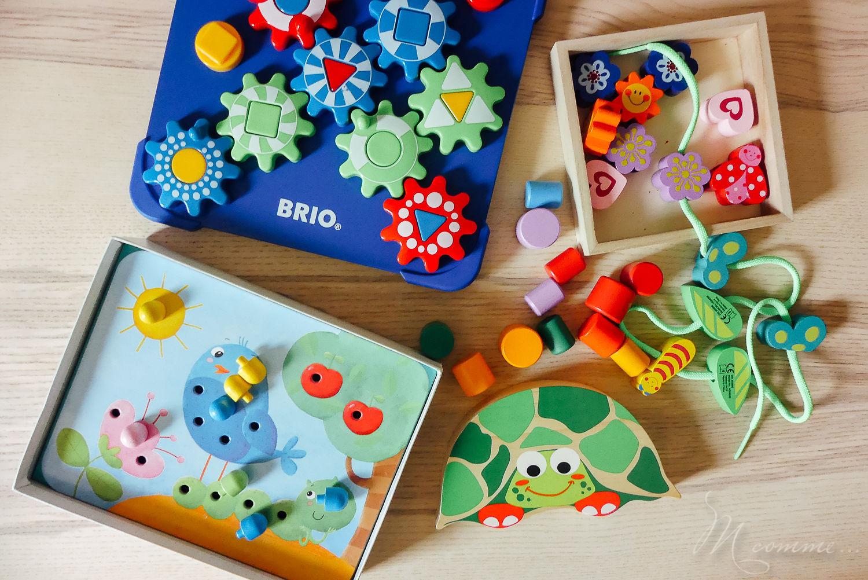 Retrouvez 4 jeux, variés, pour développer la motricité fine de votre enfant. Jeu d'enfilage, d'équilibre, d'engrenages etc. sont autant d'activités qui lui permettront d'apprendre la précision des gestes tout en s'amusant. #motricite #motricitefine #developpementenfant #ateliersmotricite #outils #jeux #idees #precisiondesgestes #habilete #manuel #autonomie