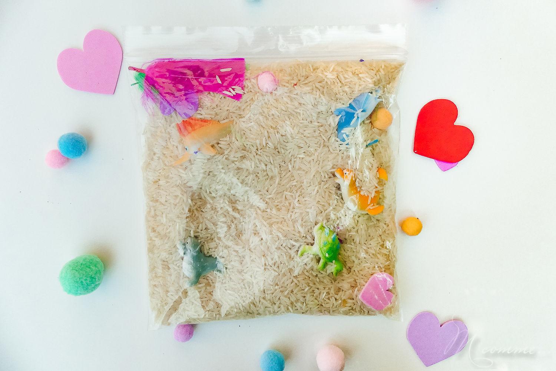 sac sensoriel riz et animaux, pompons et plumes