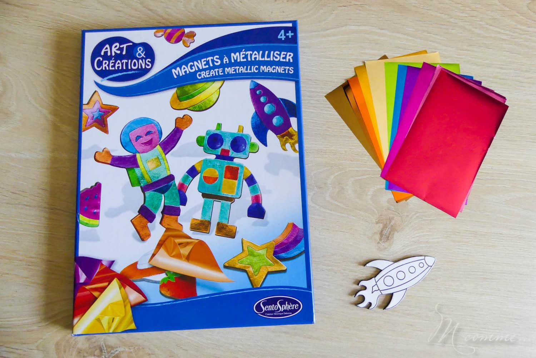 Créer ses propres magnets, avec de jolies couleurs métallisées : une activité créative rapide et facile pour les enfants par Sentosphère ! De quoi laisser libre court à leur créativité, pour décorer le frigo ou leur chambre. #magnets #frigo #activiteenfants #activitecreative #loisirscreatifs #papiercolore #sentosphere